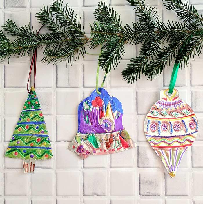 Put the children to paint the Christmas ornaments