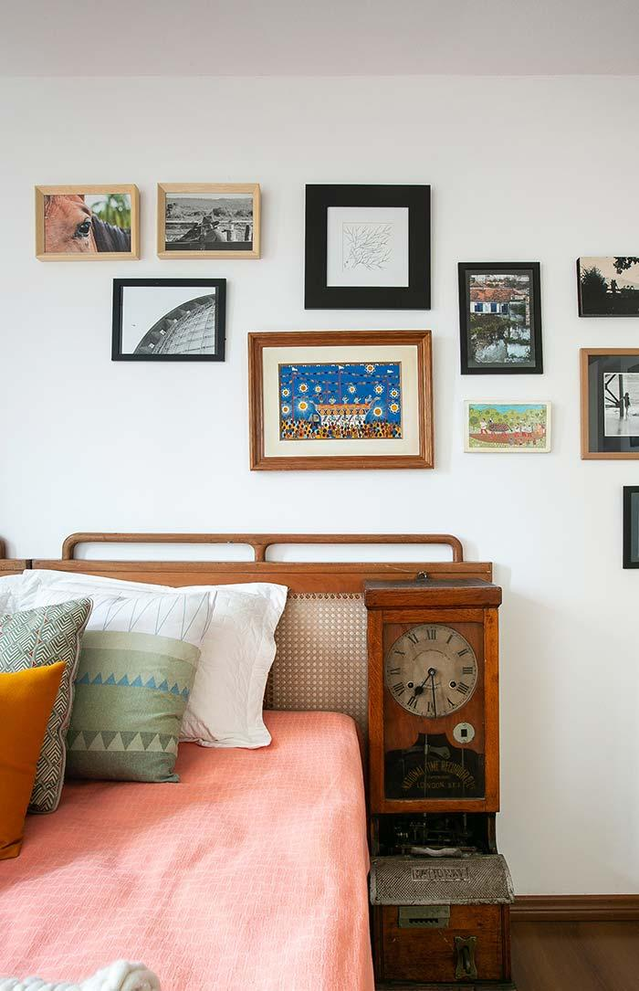 Used furniture: clock and bedside