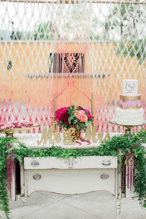 String curtain separate and delimits the space between the ceremony and the wedding party at home