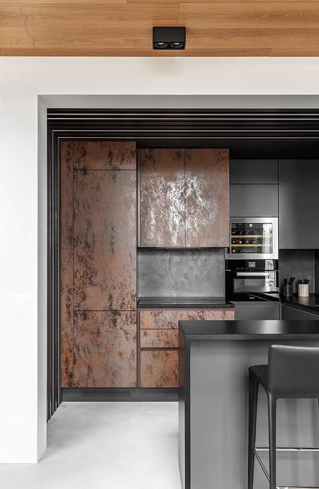 For this black kitchen, the best option was the burnt white cement floor