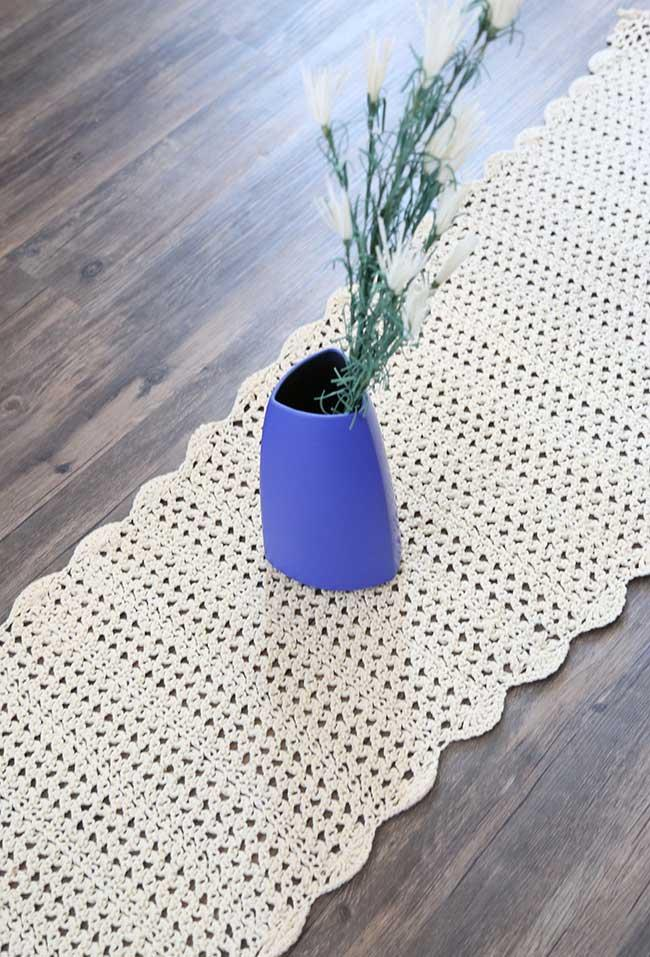 Crochet table path to highlight a decorative object
