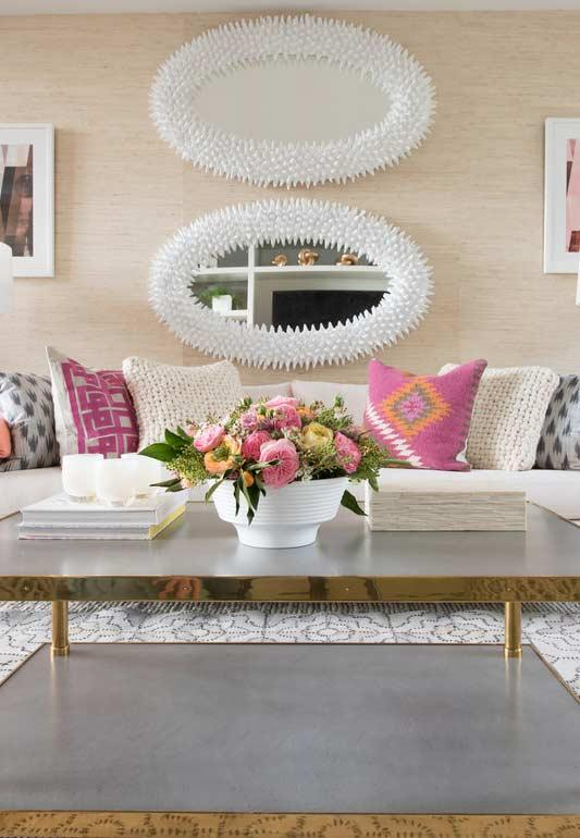 Combine the flowers with decorative elements of your environment