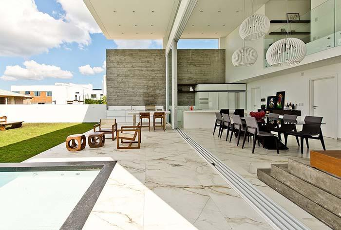Luxury and refinement on this balcony with the Calacatta marble floor