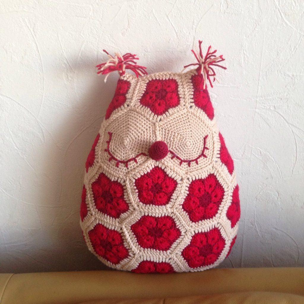 Cushion-of-croche-with-drawing-8
