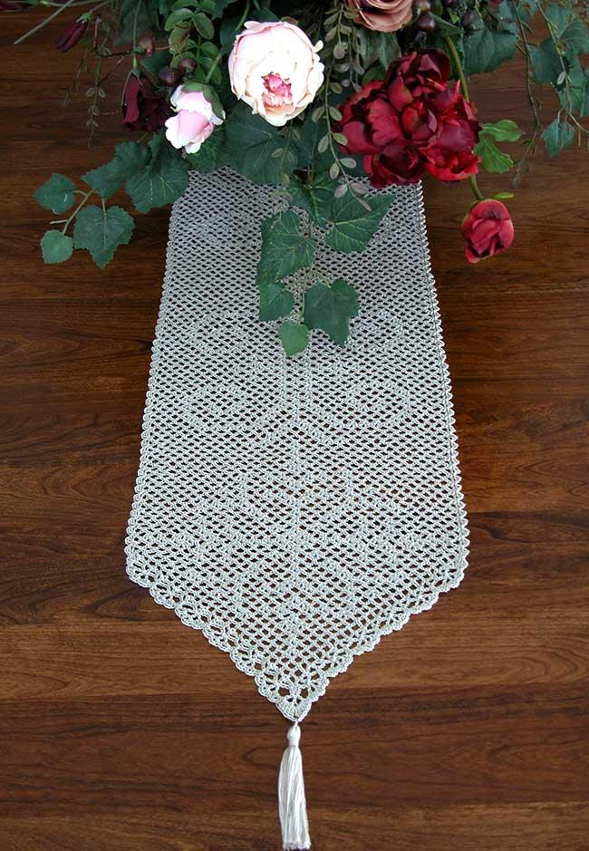 Delicate drawing format for the crochet table path