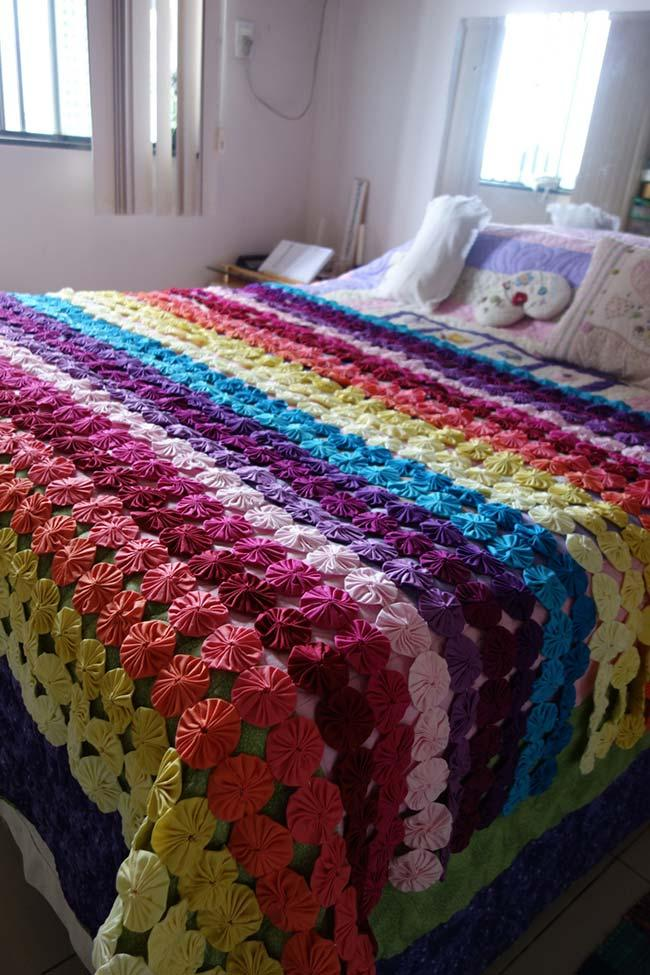 Quilt with rainbow fuxicos