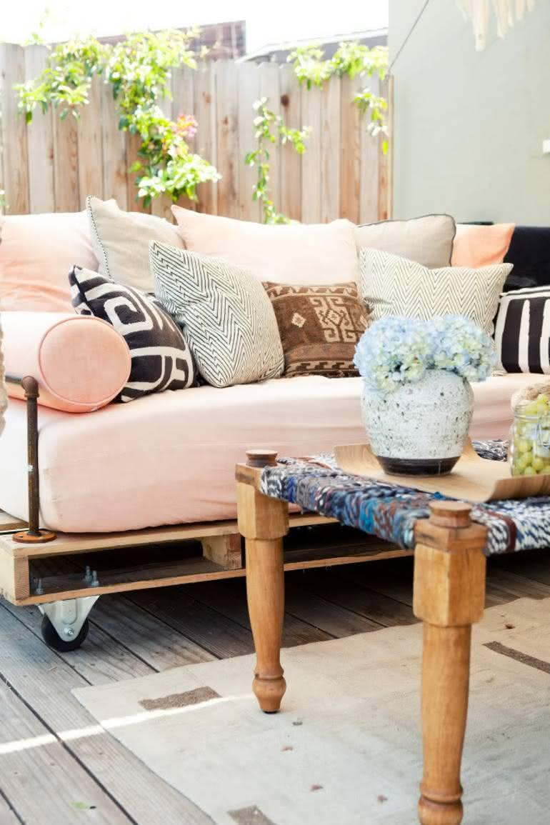 Model of pallet sofa with pink upholstery
