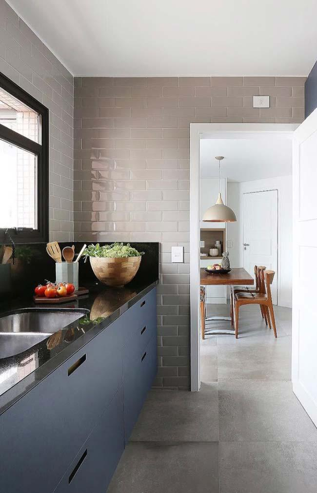 Absolute Black Granite in harmonious contrast with the blue cabinet