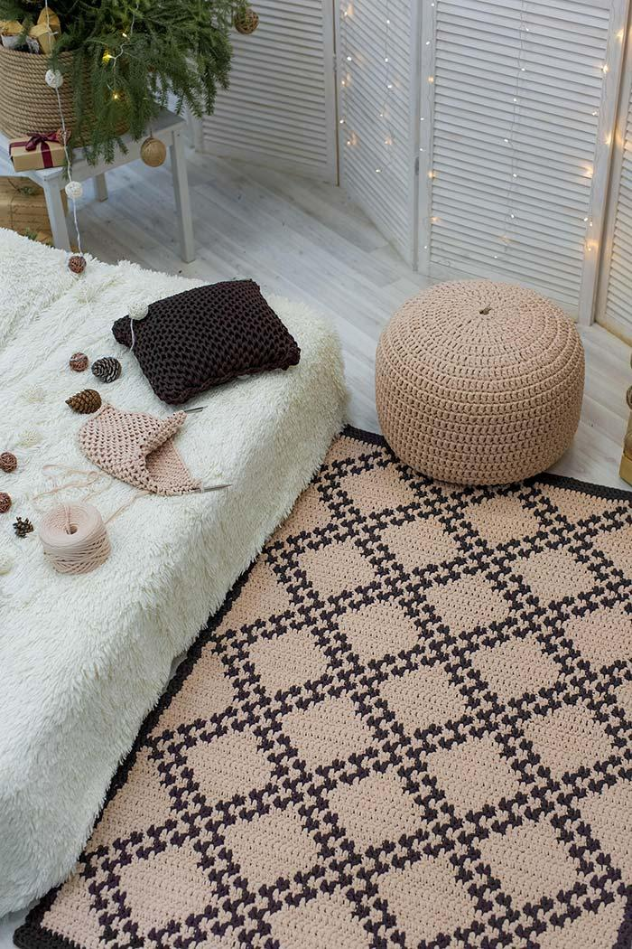 Crochet rug made with the combination of raw string and black string