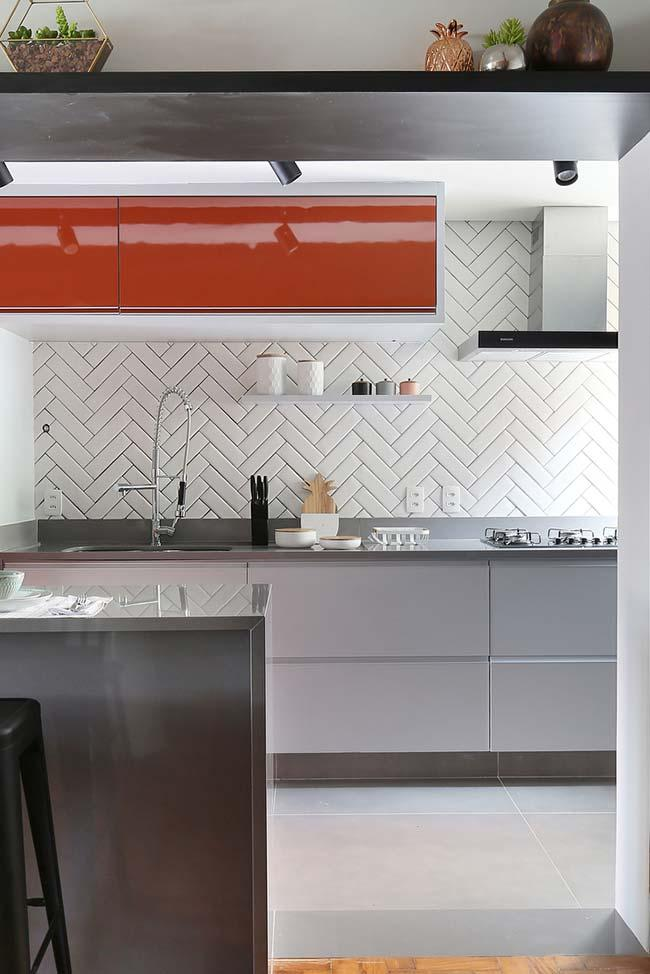 Kitchen with large pieces of porcelain tile