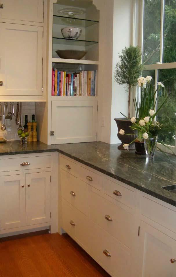 Dark countertop with granite green Ubatuba