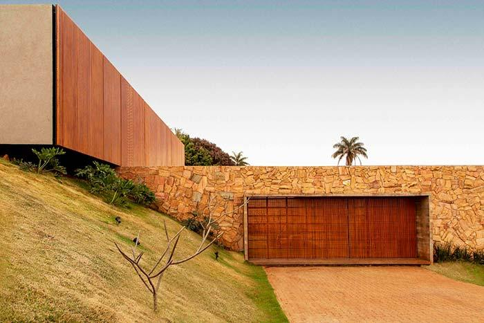 Retaining wall integrates into the architectural design in colors and material