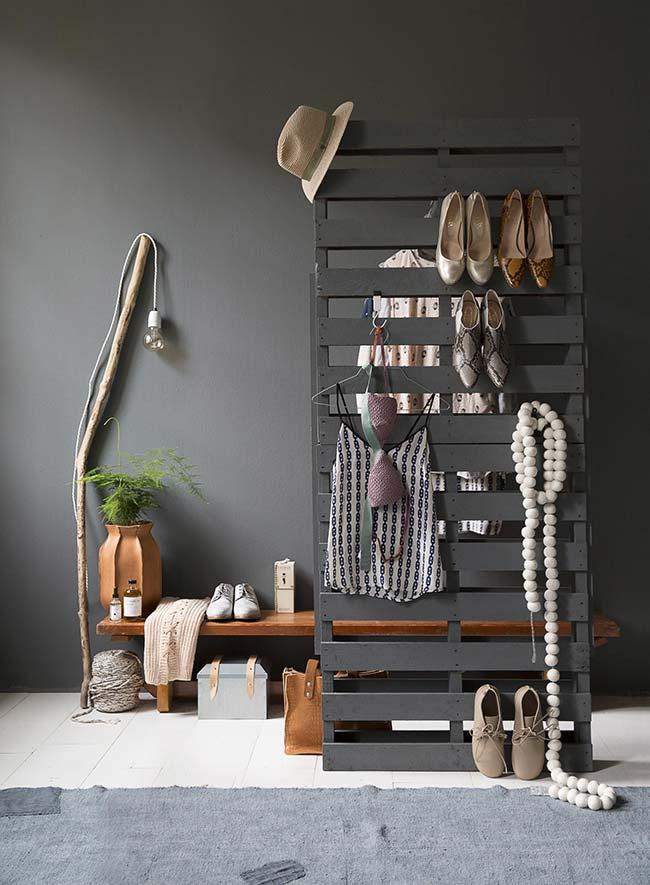 Pallet wardrobe with partition