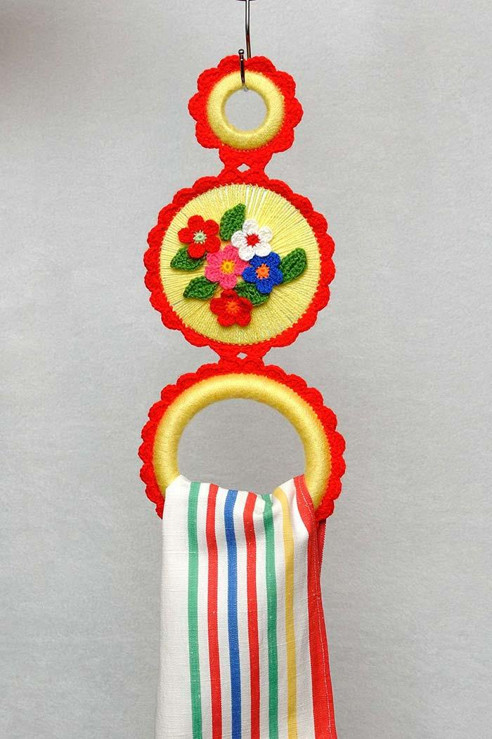 Crocheted crockery dish holder made with CD