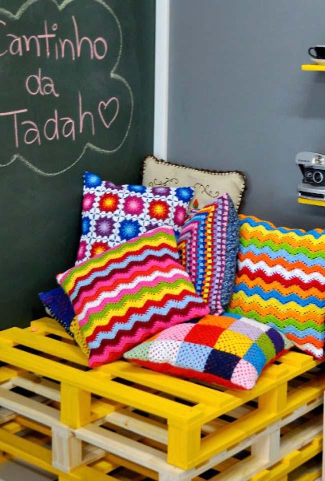 Yellow pallet bench