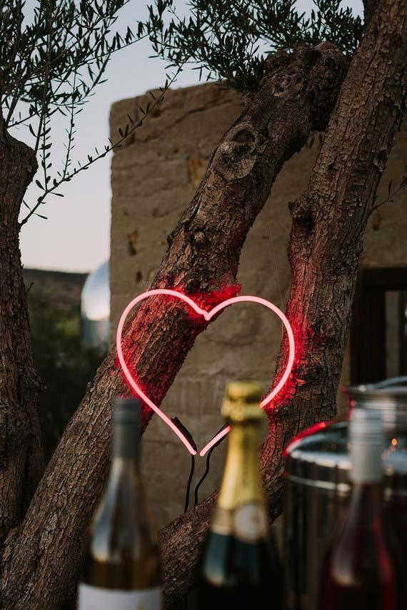 A lit heart to decorate the wedding party at home
