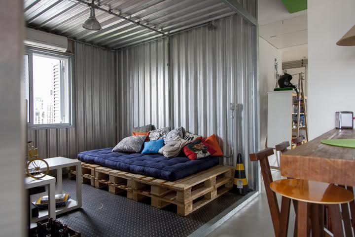 Industrial-style room with a pallet sofa