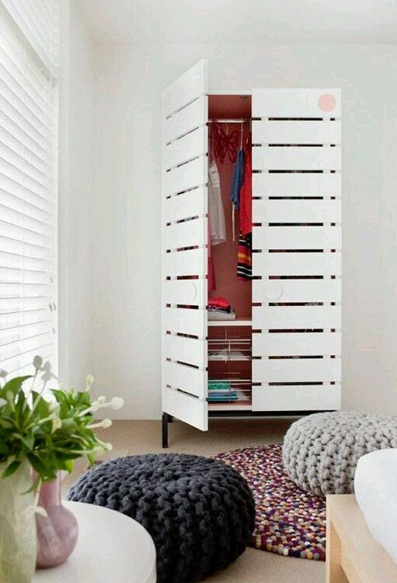Pallet wardrobe with doors is the perfect model for a clean and delicate decoration
