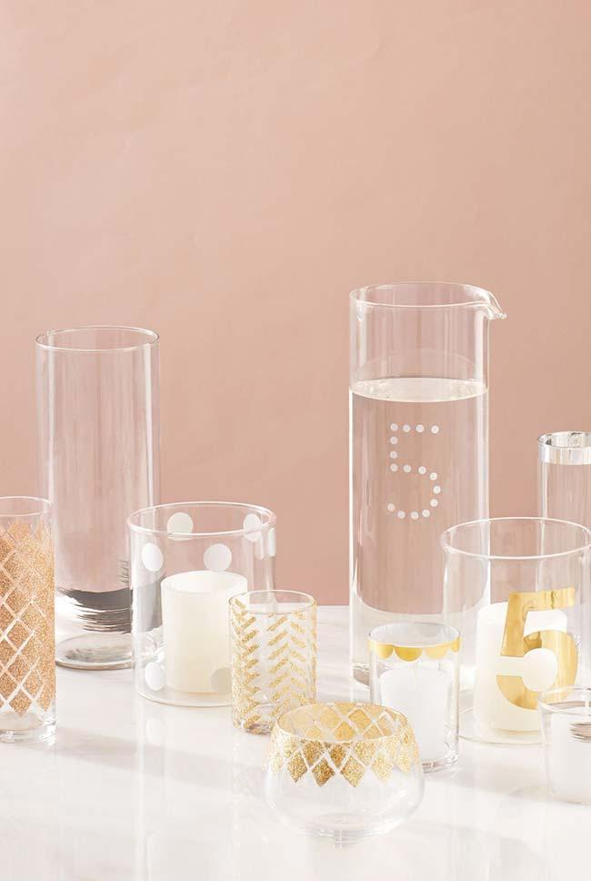 Do-it-yourself wedding decoration: Glass cups of various sizes