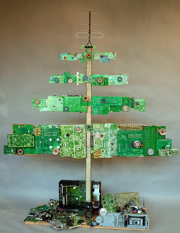 Assemble a creative and original tree by recycling plates and microchips