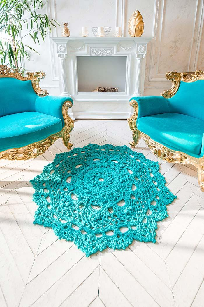 Differential stitch on the edges of turquoise round crochet rug