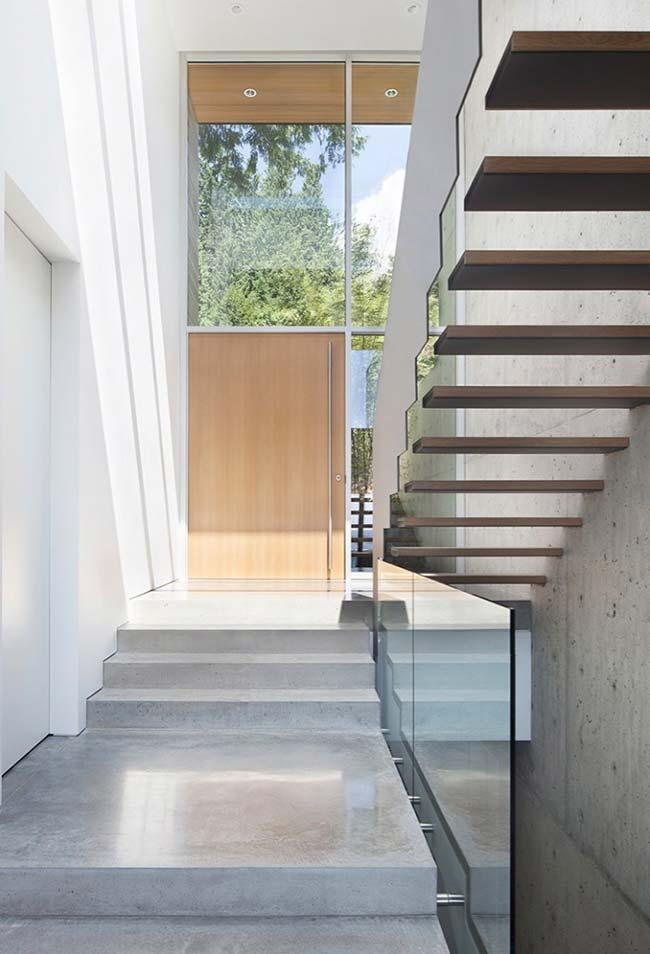 U-shaped staircase starts in concrete and ends in wood