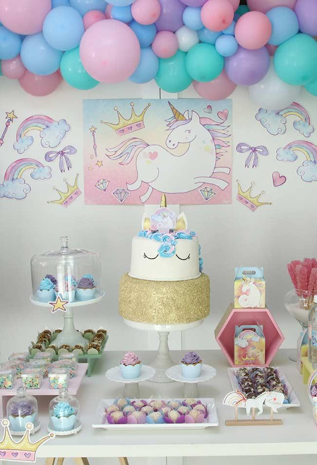 Table with many soft colors in the unicorn party
