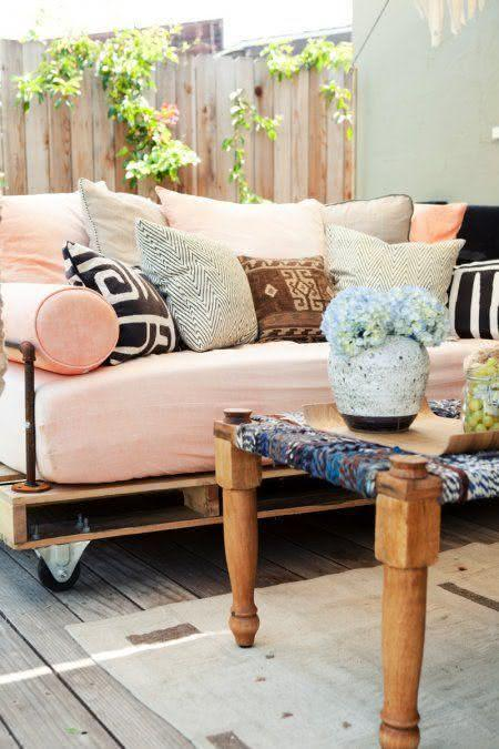 Sofa with pallet with romantic style