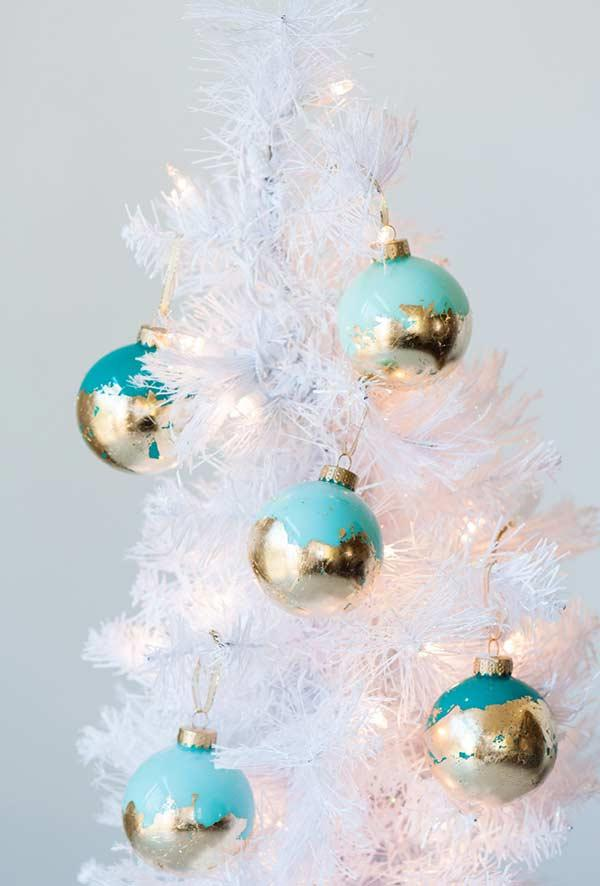 Customize the Christmas balls to decorate the tree