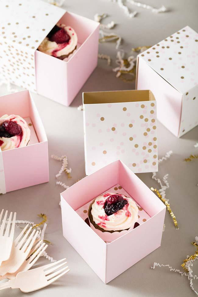 Cupcakes in the box as souvenirs for 15 years
