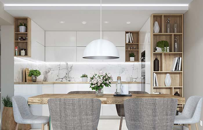 White and wood in the kitchen: Carrara marble on the wall does not shy away from the proposal